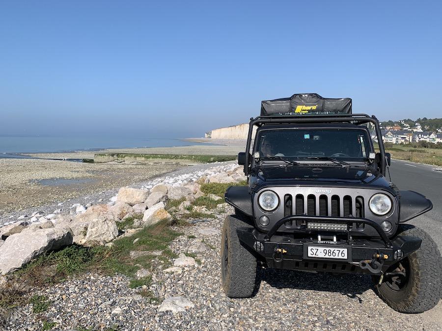 Jeep mit Dachzelt an der Küste der Haute Normandie in Criel-sur-Mer