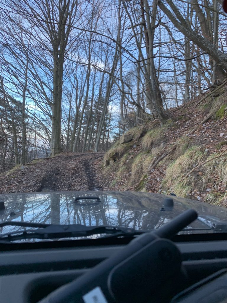 Steiler schmaler Weg Richtung Berggipfel