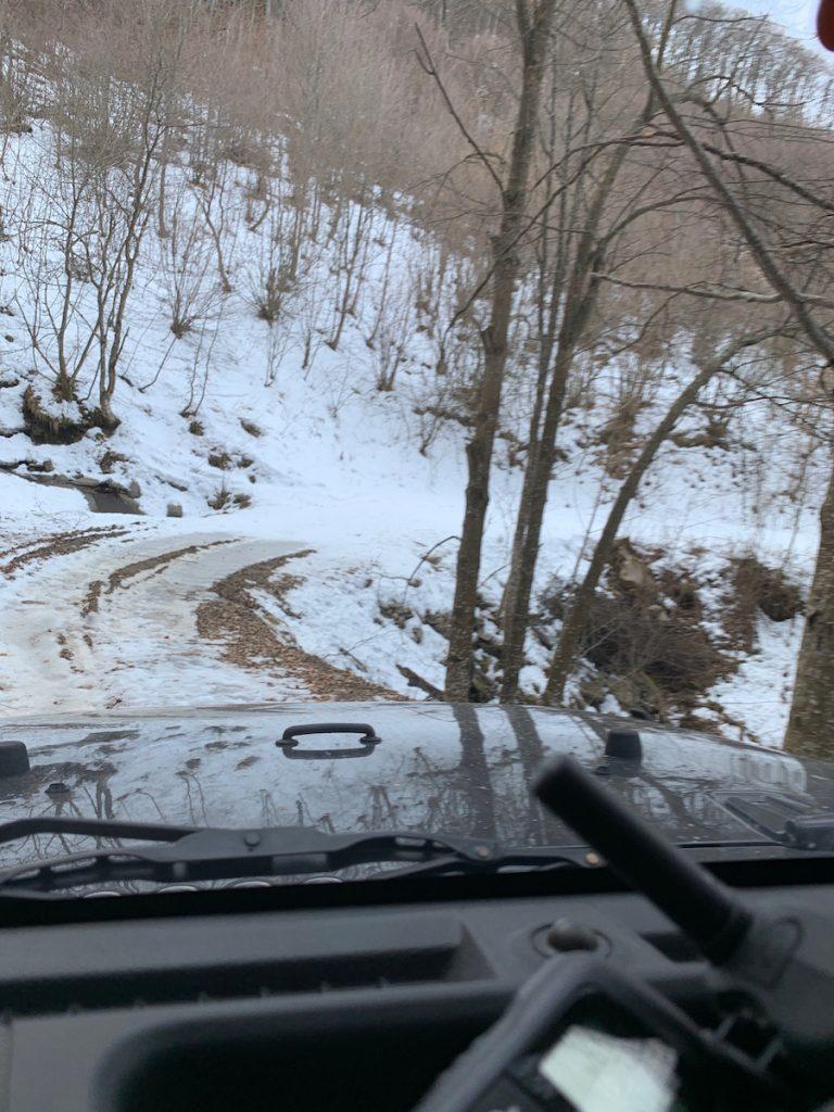 Offroad auf Schnee und Eis: Abfahrt Richtung Montegrasso Pian Latte auf vereister Fahrbahn