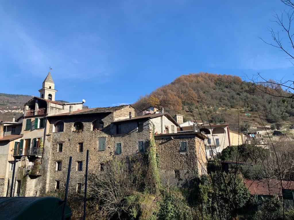 Ligurisches Dorf in den Bergen