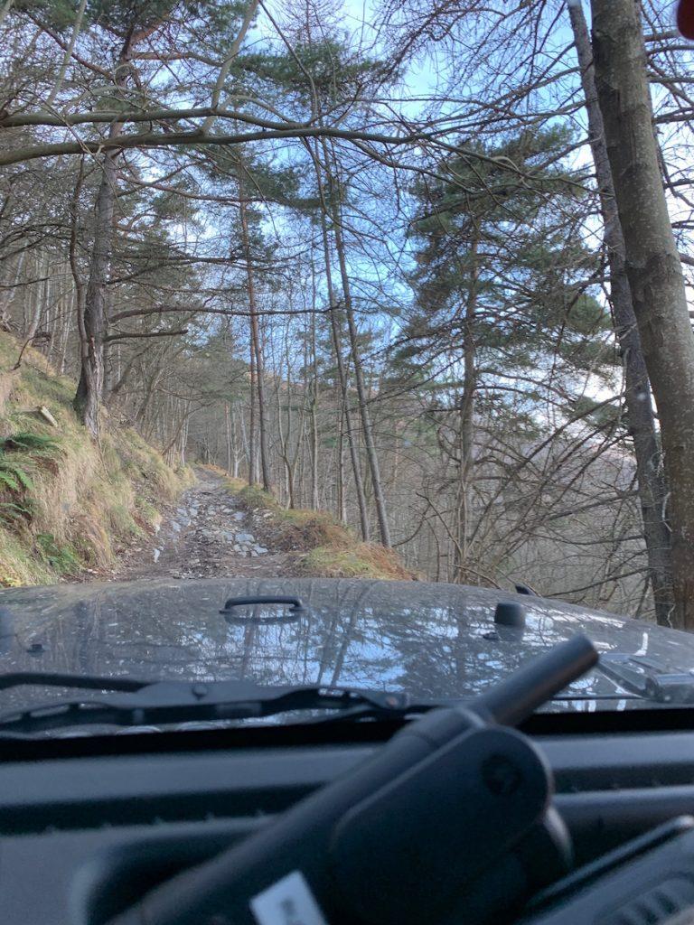 Schmaler Weg, rechts gehts steil den Abhang runter