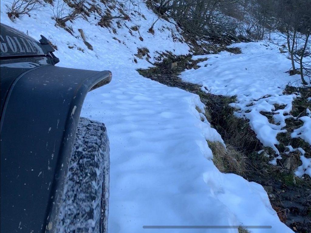 Offroad auf Schnee und Eis, ein Bach kreuzt unseren Weg. Der weitere Wegverlauf ist kaum erkennbar