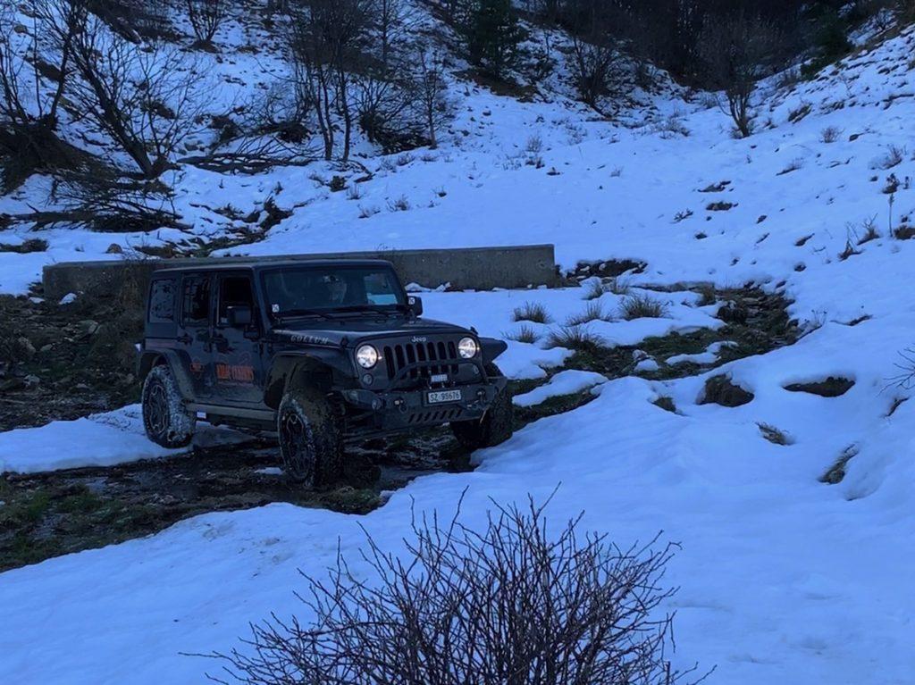 Offroad auf Schnee und Eis, ab durch den Bach, den gleichen Weg zurückfahren ist keine Option