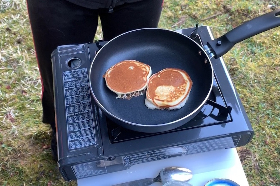 Zum frisch gebrühten Kaffee gibt es leckere Banana Pancakes.