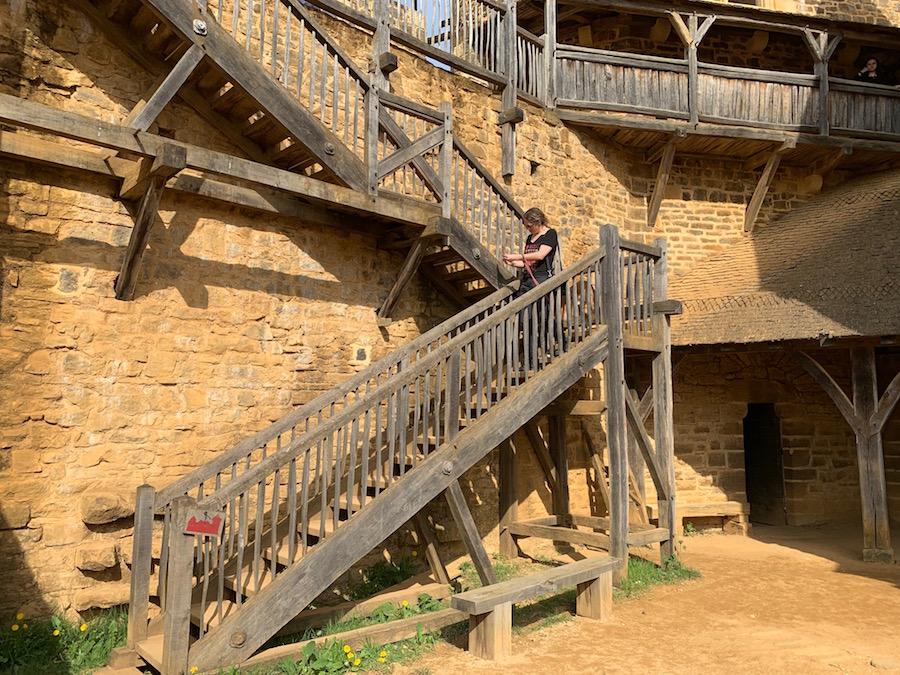 Chateau Guédelon Treppe zur Ringmauer
