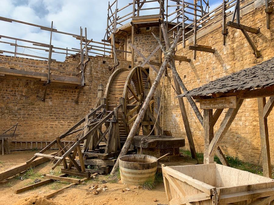 Chateau Guédelon Aufzug und Brunnen