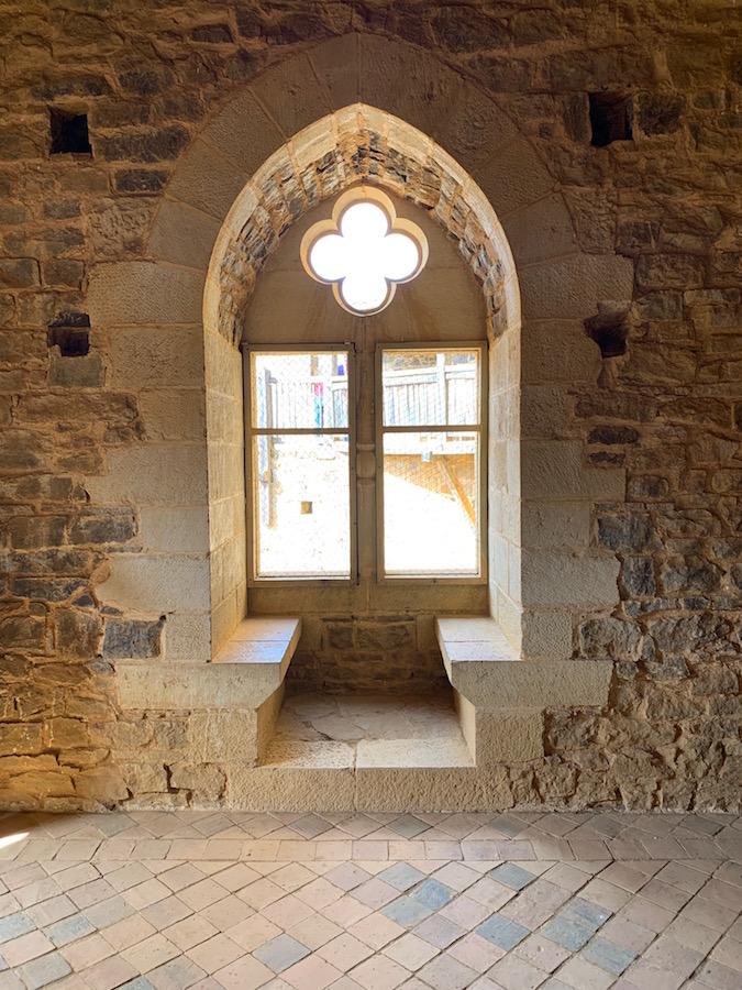 Sitzbänke im Saal des Chateau de Guédelon