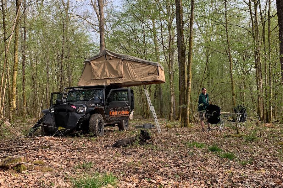 Offroad Trip durch Frankreich, schöner Camping Platz im Wald