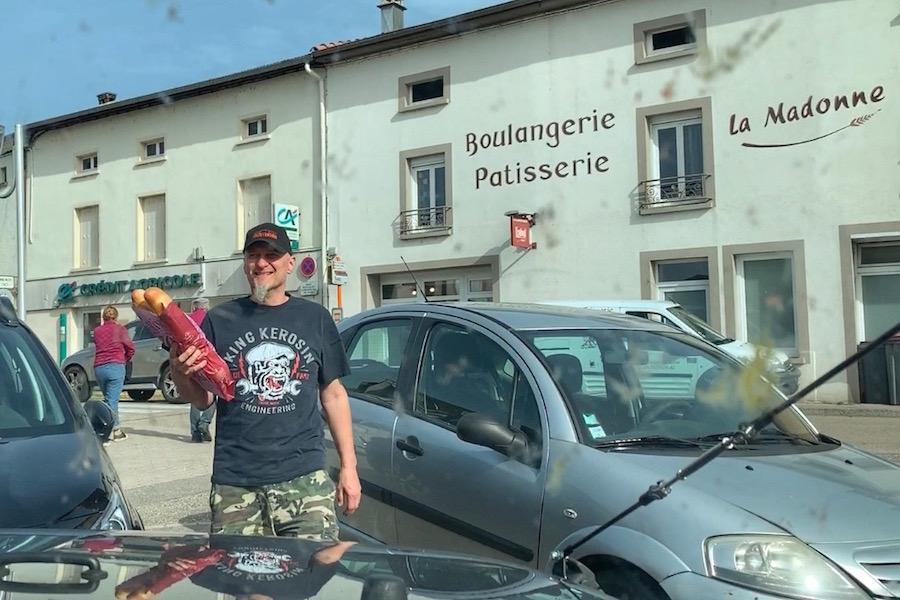 Offroad Trip durch Frankreich, Alex mit Baguettes