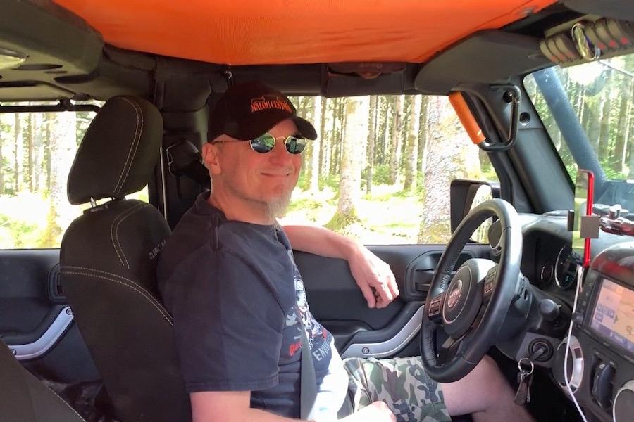 Offroad Trip durch Frankreich, Alex im Jeep