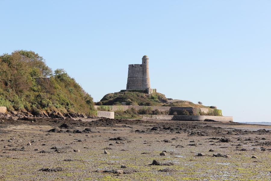 Der Turm Tour Vauban de la Hougue bei Saint-Vaast-la-Hougue