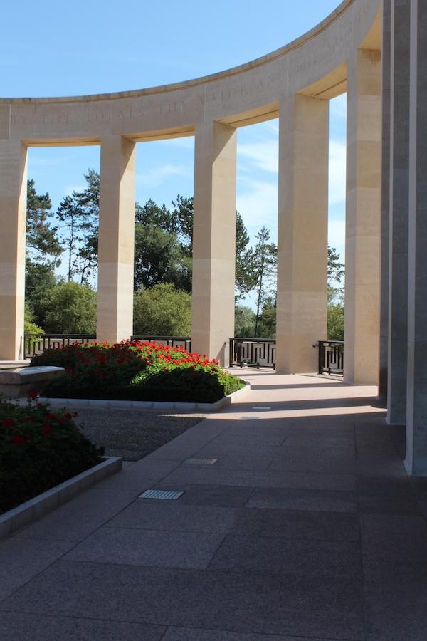 Gedenkstätte im amerikanischen Friedhof am Omaha Beach in der Normandie