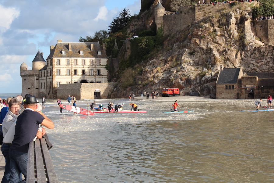 A lot of traffic in the water in front of Mont Saint-Michel