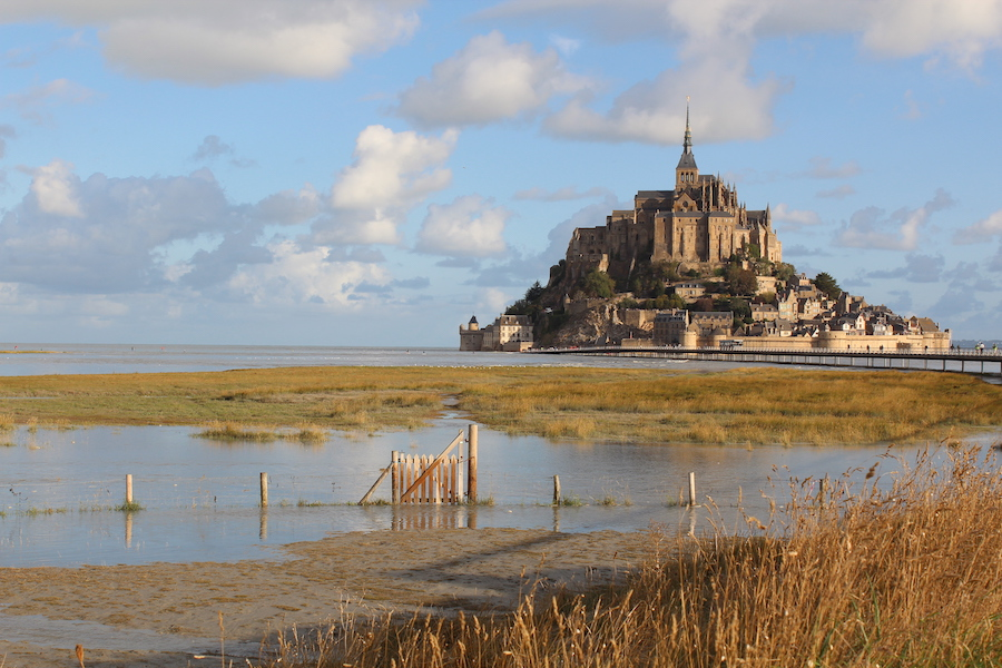 The tide is rising, the gate in front of Mont Saint-Michel is still clearly visible