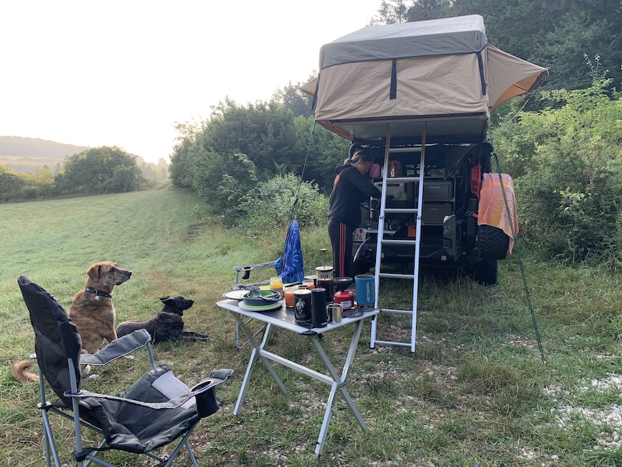 Frühstück für Zwei- und Vierbeiner beim Overlanding in Südböhmen