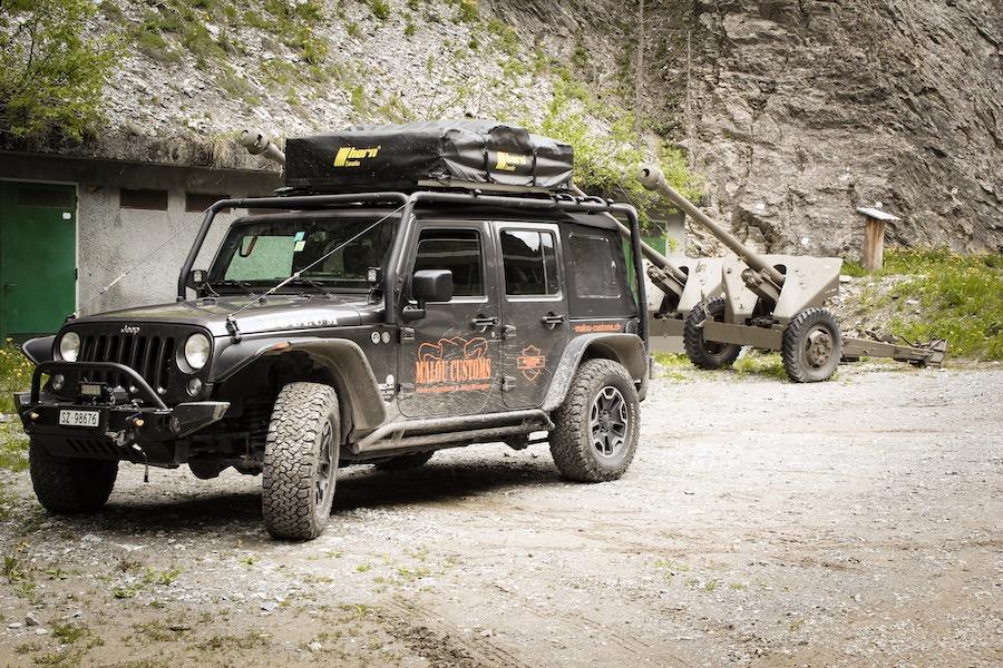 Kanonen hinter dem Jeep