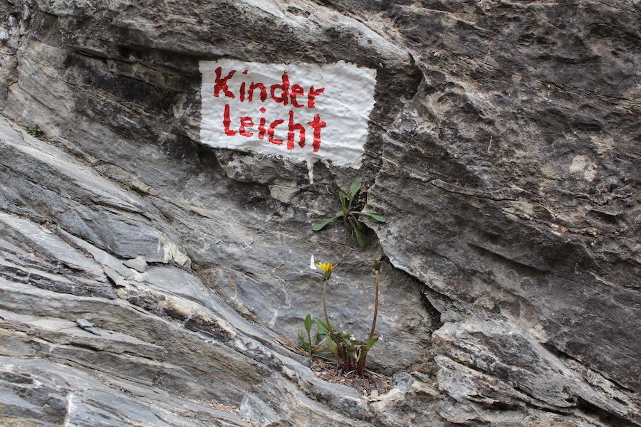 Beschriftung des Klettergartens, Strecke namens Kinderleicht.