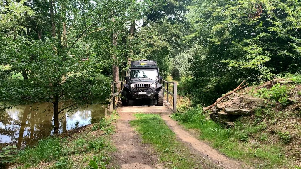 Der Jeep passt genau über die Brücke im böhmischen Wald