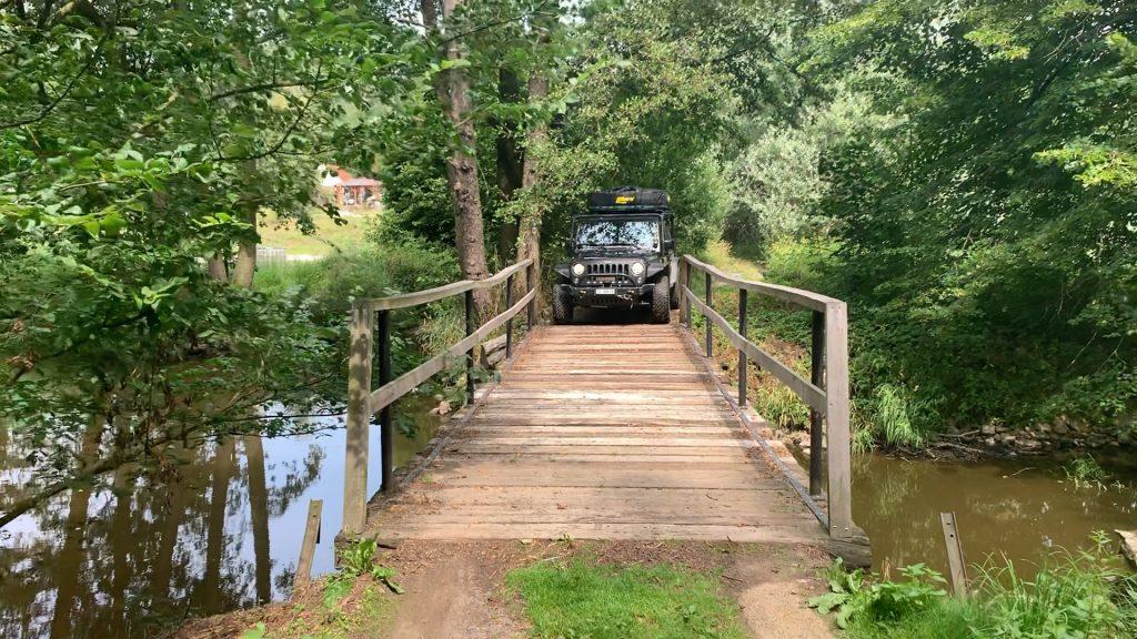 Schmale Brücke im böhmischen Wald beim Overlanding in Südböhmen