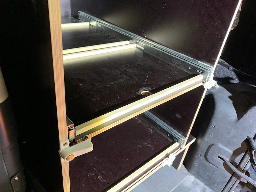 Die einfachen Holzleisten verhindern ein Verrutschen der RAKO Boxen