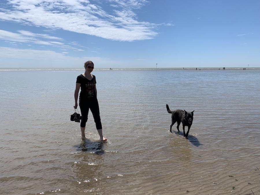 Mila und Lucie on the beach