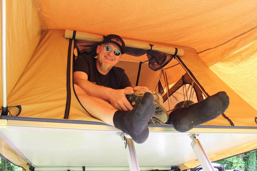 Alex macht sich bereit zum Schlafen im Dachzelt