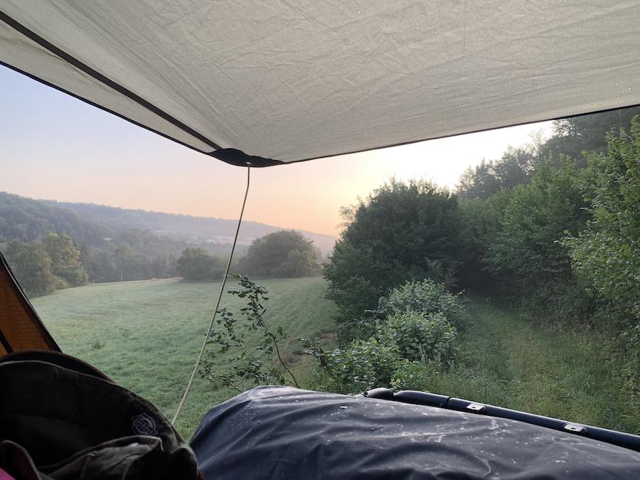 Aussicht aus dem Dachzelt mit Sonnenaufgang