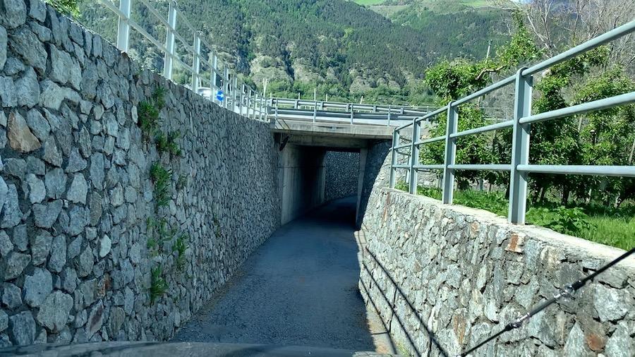 Eine inoffizielle Umfahrung vor Meran, zwischen Steinmauern hindurch.