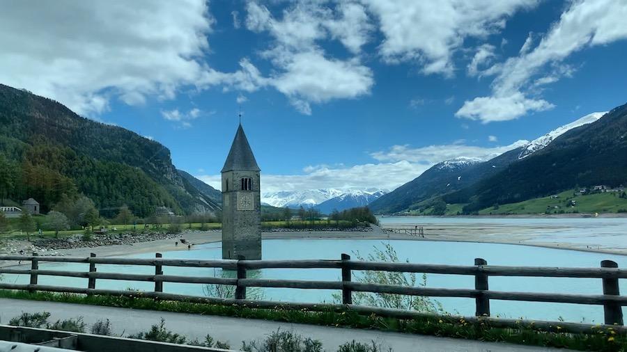 Kirchenturm welcher aus dem Reschensee ragt