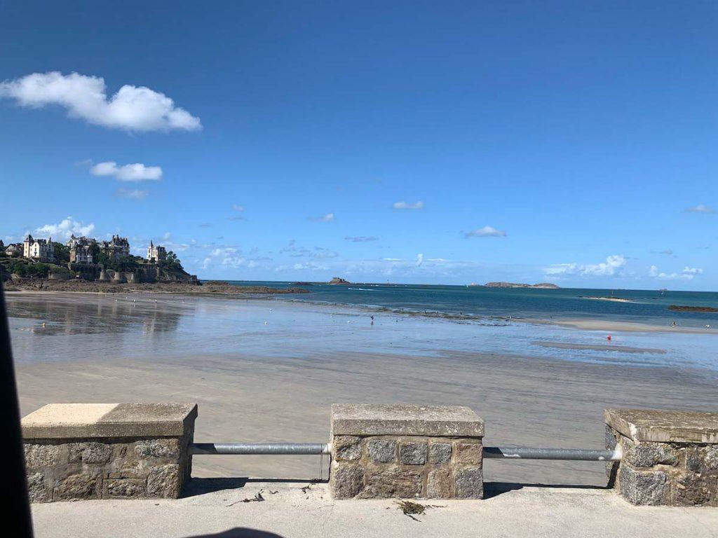 Dinards Strand bei Ebbe, an den nördlichen Küsten der Bretagne.