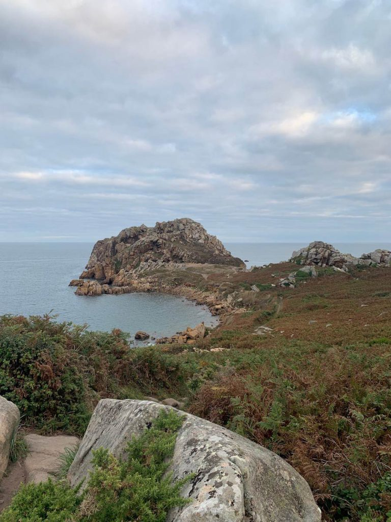 Viele kleine Fusspfade führen zu dieser kleinen Halbinsel. So steinig wie diese, sehen viele Küsten der nördlichen Bretagne aus.