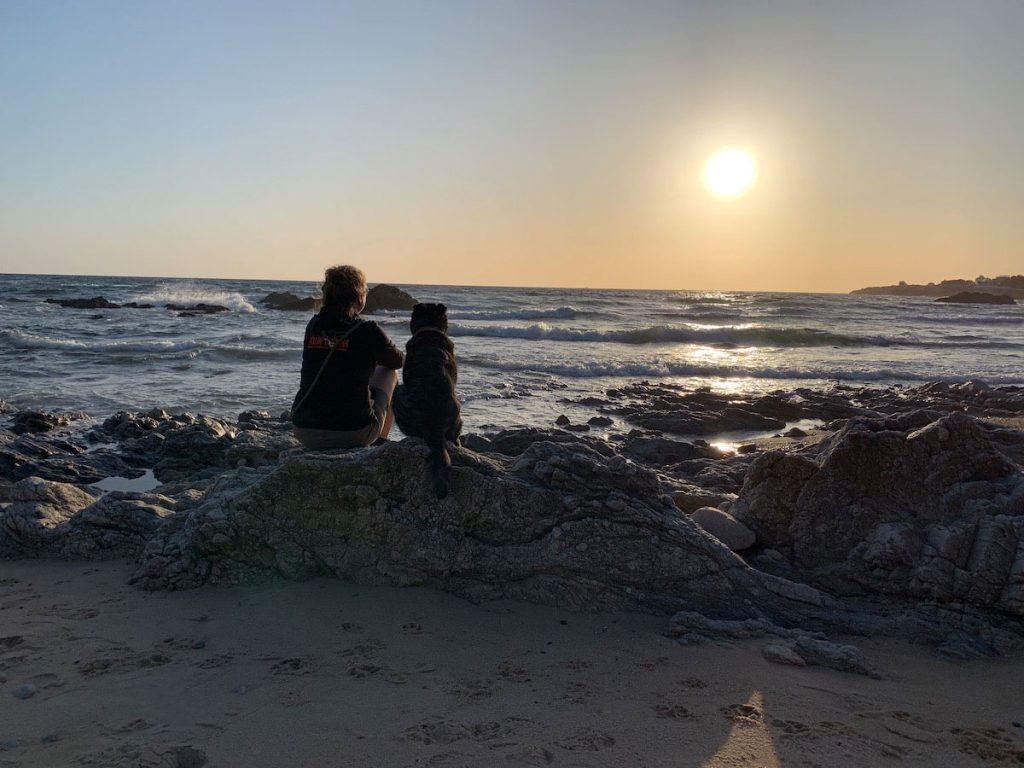 Gemeinsam den Sonnenuntergang am Meer geniessen.